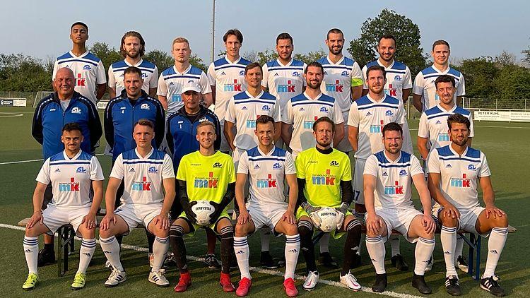 1. Mannschaft SV Bergheim Saison 2021/22obere Reihe (v.l.): J. Akpekbe, C. Müller, Y. Brühl, M. Baumeister, M. Schänzler, R. Tomiczek, Serhildon, J. Heitzermittlere Reihe (v.l.): I. Bohlscheid, S. Korthaus, E. Arikan, D. Verstrepen, M. Sistig, J. Berges, T. Kitzuntere Reihe (v.l.): B. Can, L. Brieger, D. Stibing, F. Lehnert, B. Huth, B. Kamp, Jola