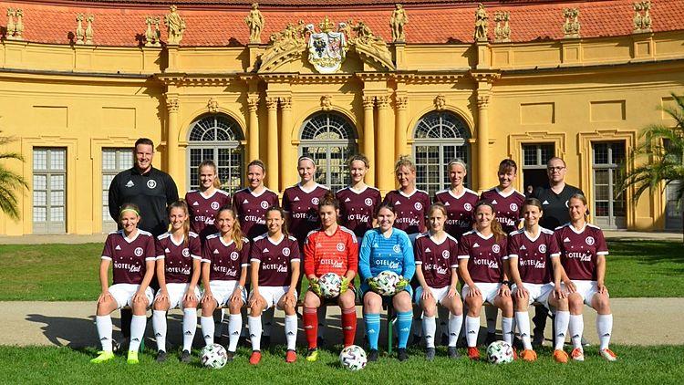 Teamfoto der Frauen BOL Mannschaft 2019/2021 vor der Orangerie Erlangen
