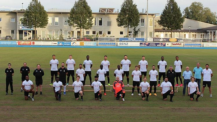 Hinten v.l.: T. Wedikkara, R. Obendorfer, A. Sanneh, C. Pantazis, A. Sirma, D. Muth, K. Jatteh, M. NurMitte v.l.: T. Schenn (Betreuer), D. Schenn (Betreuer), B. Schlitzke (Trainer Team 2), M. Kronwald (Trainer Team 1), Niko , M. Ceesay , R. Samani Affo , F. Flaig, A. Ayvatas, H. Deck (Sportlicher Leiter), P. Flaig (Vorstand), R. Merz (Vorstand), D. SlawinskyVorne v.l.: Tony, Ibrahim, M. Wanner, H. Wahid, R. Ali, T. Knobloch, F. Kilic, O. Flaig